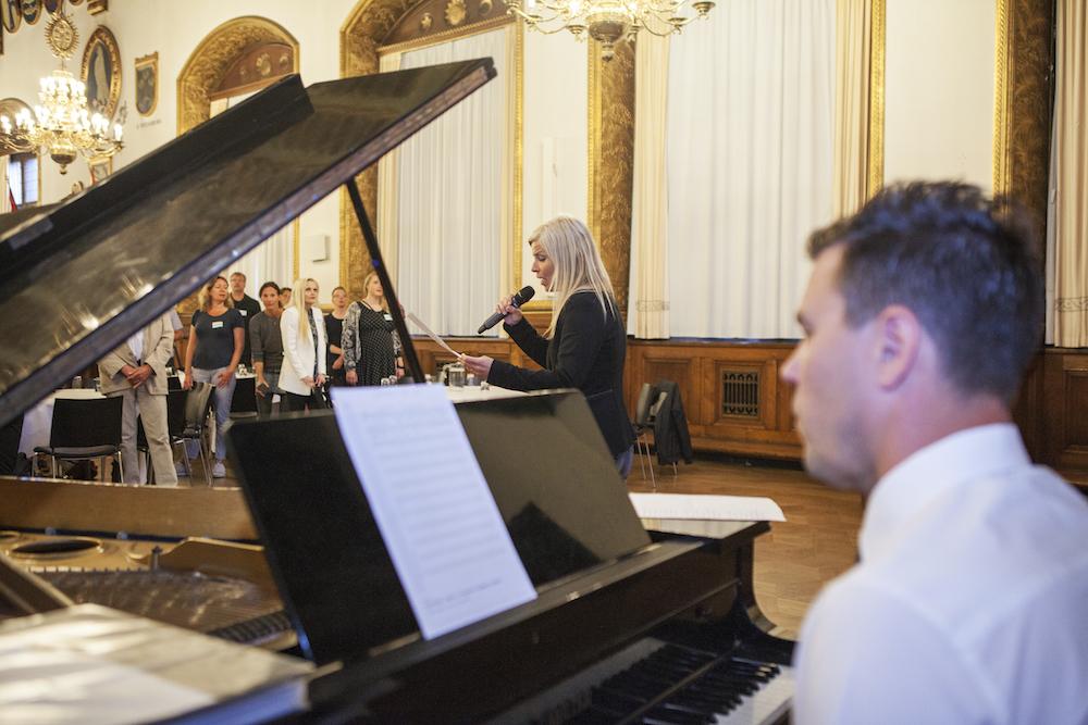 Christina Boelskifte og Nicolaj Majland akkompagnerer til fællessang