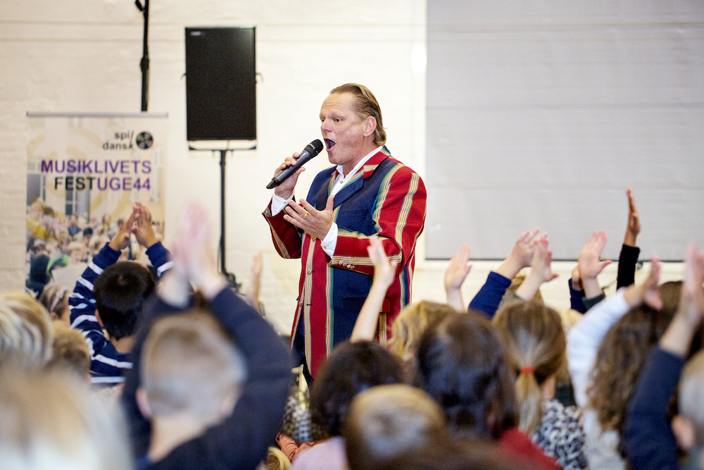 Sigurd Barrett i Kedelhallen med 500 børn